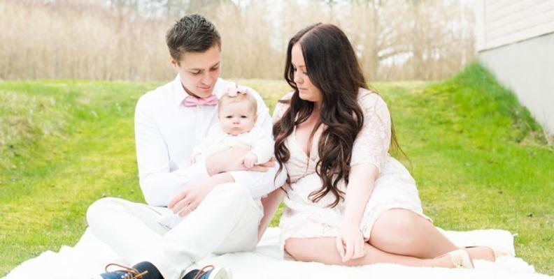 Emily Ödmark med sin man och deras äldsta dotter Noelia som bebis.