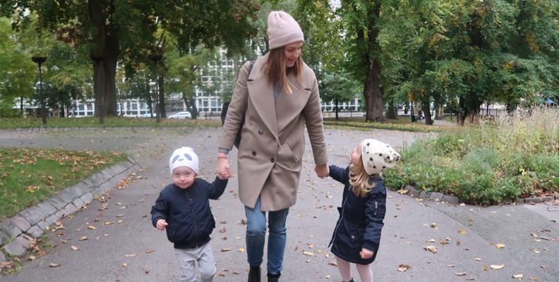 Sheila Arnell tillsammans med sina barn Aline och Ian