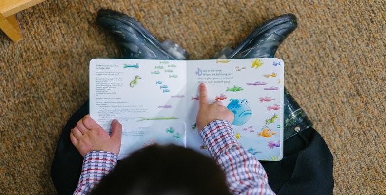 Pojke läser pekbok