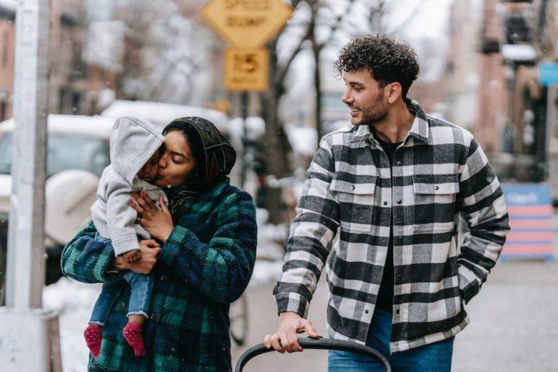Föräldrar påväg till förskolan med sitt lilla barn. Foto: Pexels