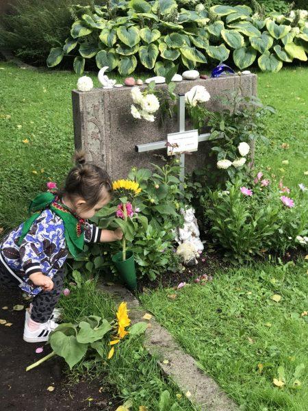 Lillasyster Cleo vid Ediths grav