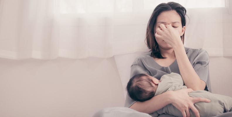 Mamman lider av förlossningsdepression.