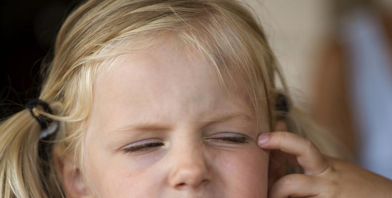 Ögoninflammation kan skava och klia i ögat.